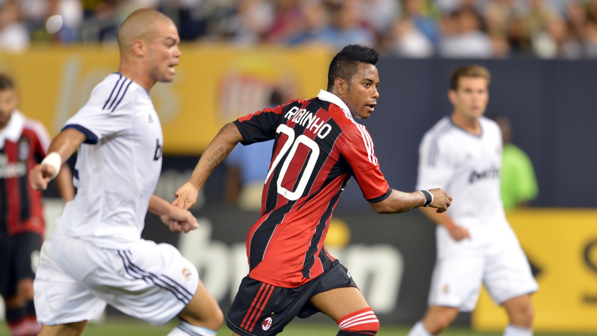 Pepe corre atrás de Robinho, que marcou o gol de honra do Milan