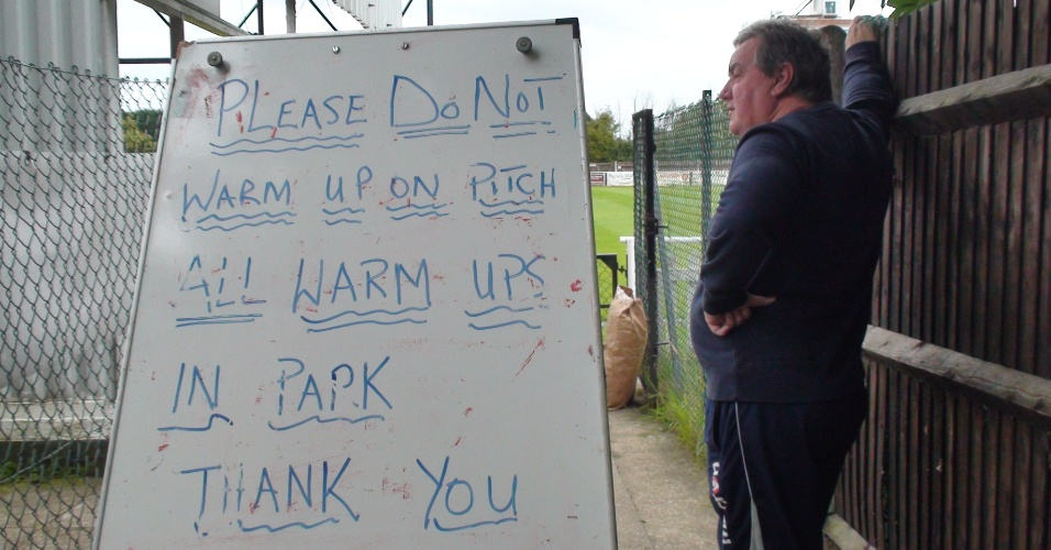 Placa na entrada do gramado pede que atletas não se aqueçam ali para não estragar o campo do estádio
