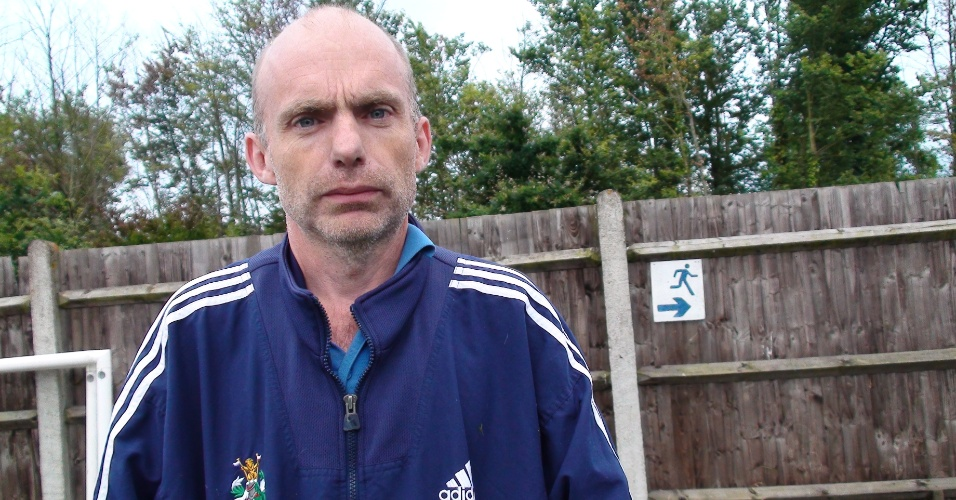 Robert Darby é o responsável pelo gramado do estádio e faz esse serviço gratuitamente para o clube amador
