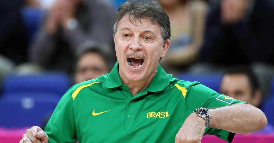 Ruben Magnano, técnico da seleção brasileira, gesticula durante duelo contra argentinos