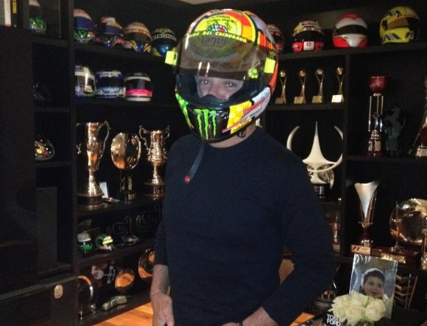 Rubens Barrcihello visita Felipe Massa e usa capacete de Valentino Rossi