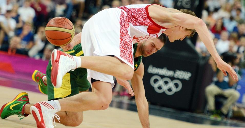 Russo Andrey Kirilenko cai em quadra durante partida contra a Lituânia, pelas quartas de final do torneio olímpico de basquete masculino