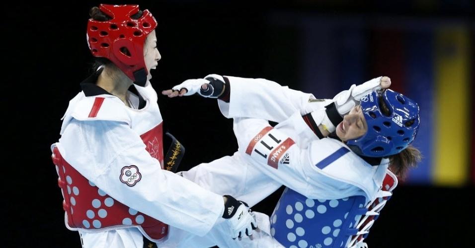 Shu-Chung Yang, de Taiwan, acerta a cabeça da alemã Sumeyye Manz na primeira fase da categoria até 49 kg no taekwondo