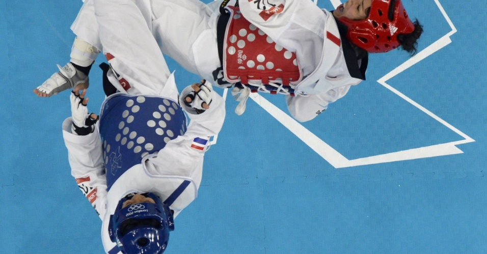 Thailandesa Chanatip Sonkham (de azul) luta contra Elizabeth Zamora Gordillo, da Guatemala, pela medalha de bronze no taekwondo
