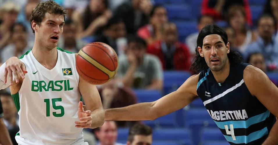 Tiago Splitter e Luis Scola disputam bola em jogo entre Brasil e Argentina, válido pelas quartas de final do torneio olímpico
