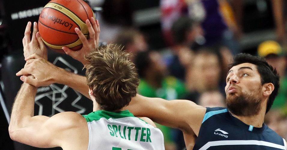 Tiago Splitter tenta arremesso em partida entre Brasil e Argentina, válida pelas quartas de final do torneio olímpico