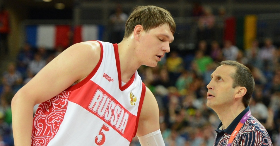 Timofey Mozgov ouve instruções do técnico russo David Blatt, durante partida contra a Lituânia pela fase de quartas de final do torneio masculino de Londres