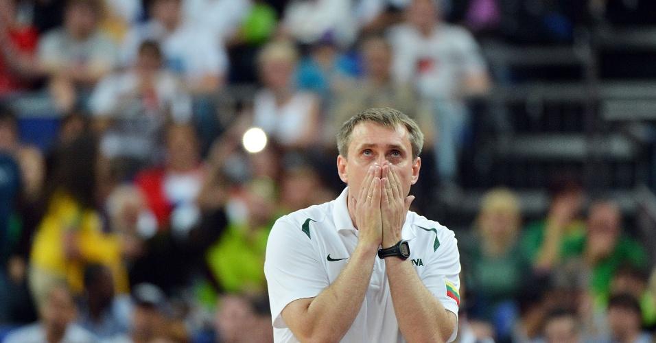 Treinador lituano Kestutis Kemzura lamenta erro de ataque de seus comandados, em partida conta Rússia, pelo torneio olímpico