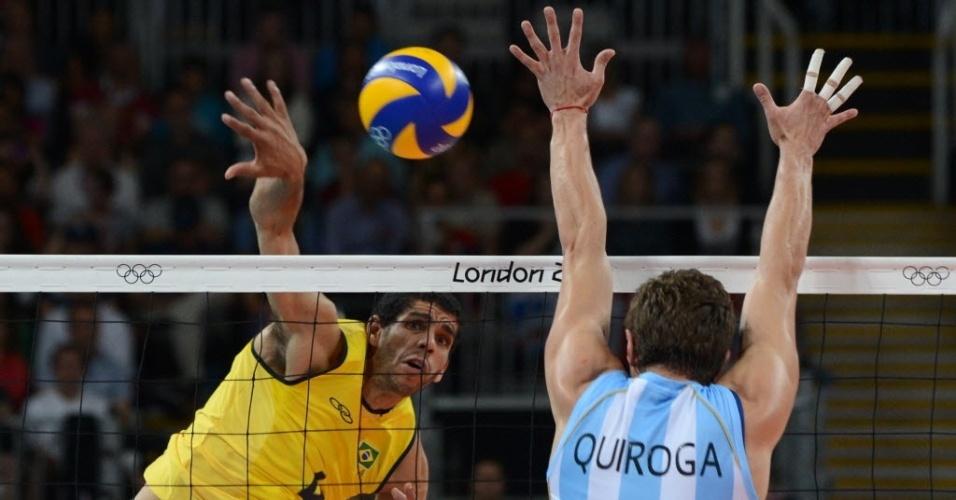 Wallace, oposto da seleção brasileira, ataca contra o bloqueio de Rodrigo Quiroga, da Argentina