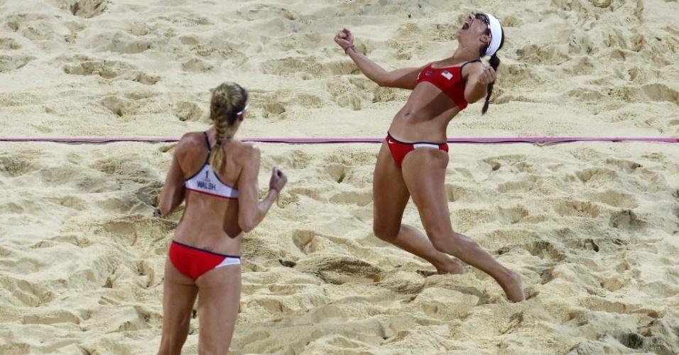 Walsh e May comemoram o tricampeonato olímpico após vitória sobre as compatriotas Kessi e Ross