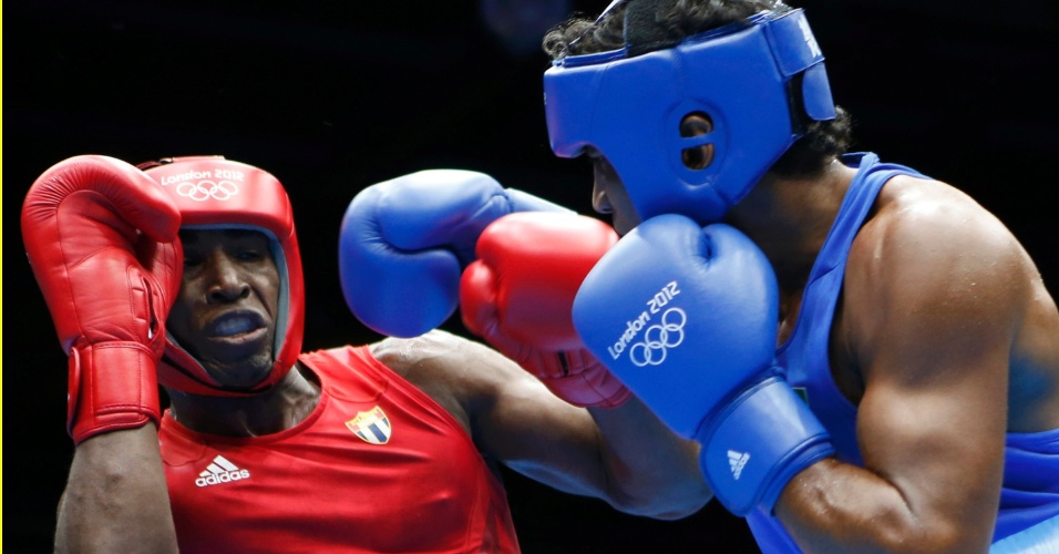 Yamaguchi Falcão, de azul, ataca o boxeador cubano Julio la Cruz Peraza durante o combate