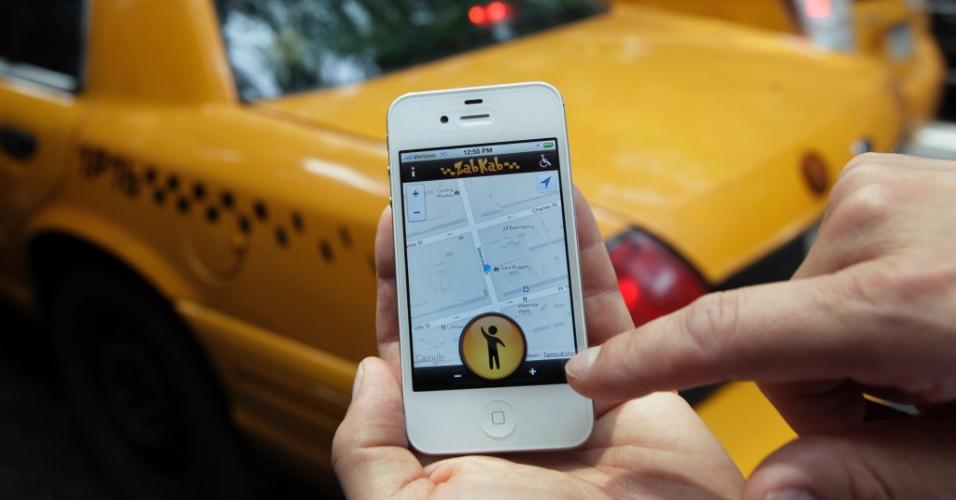 8.ago.2012 - Aplicativo gratuito para smartphones permite que pessoas chamem um táxi enviando um sinal pela internet, que chega aos carros que estiverem a uma distância de até cinco quarteirões do usuário. Por enquanto, o ZabKab está disponível só em Nova York; mil taxistas já estão inscritos no sistema online, que custa para eles US$ 15