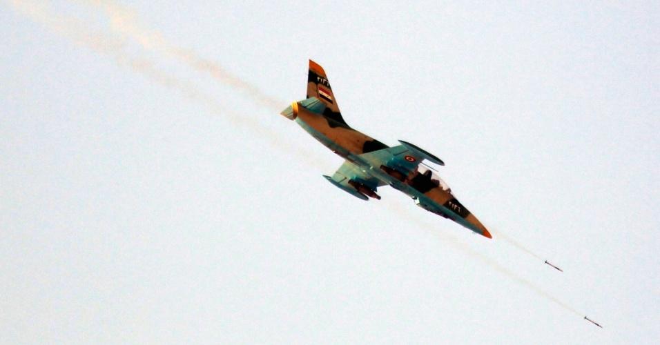 9.ago.2012 - Avião da Força Aérea síria atira foguetes em região de Tel Rafat (37 km ao norte de Aleppo), nesta quinta-feira (9)