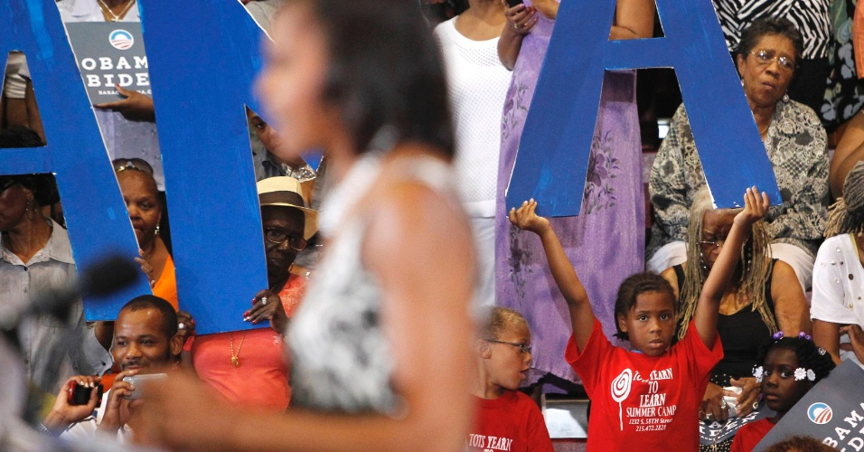 9.ago.2012 - A primeira-dama dos EUA, Michelle Obama, fala ao público durante campanha do democrata Barack Obama, candidato à reeleição, na Universidade de Ciências da Filadélfia, nos EUA, nesta quinta-feira (9)