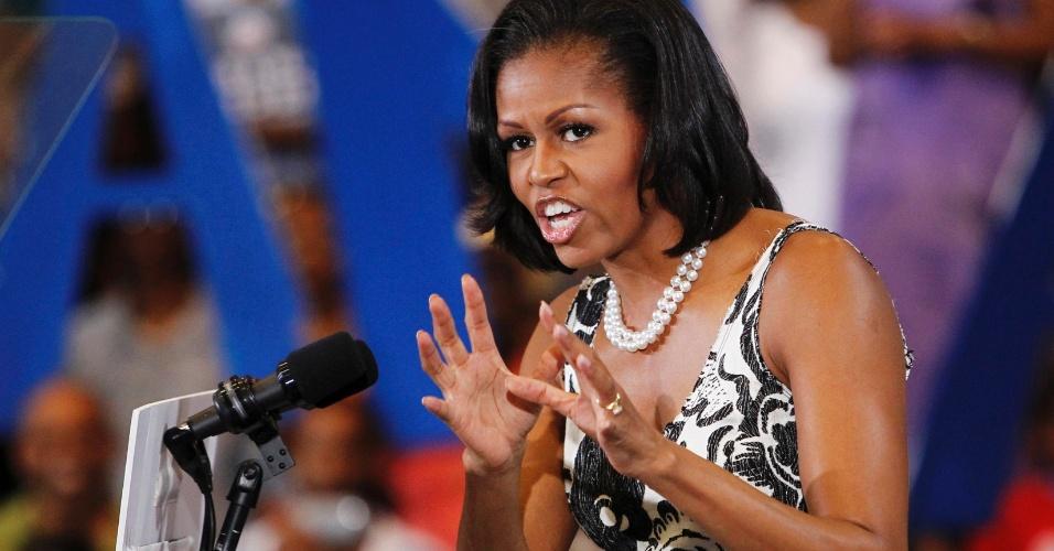 9.ago.2012 - A primeira-dama dos EUA, Michelle Obama, faz aparição durante campanha do democrata Barack Obama na Universidade de Ciências da Filadélfia