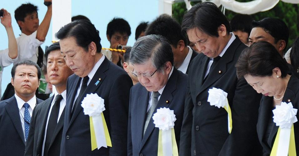 9.ago.2012 - Em Nagasaki, nesta quinta-feira (9), primeiro-ministro japonês, Yoshihiko Noda (centro), faz um minuto de silêncio para as vítimas da segunda bomba atômica que atingiu o Japão durante a Segunda Guerra Mundial (1939-45). Hoje faz exatos 67 anos do ataque