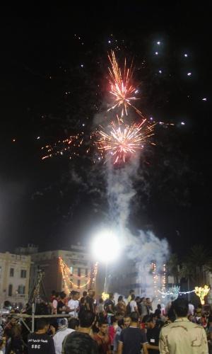 9.ago.2012 - Fogos de artifício explodem no céu de Tripoli em comemoração ao primeiro aniversário da libertação do país do comando de Muammar Gaddafi. A Líbia ficou mais de 40 anos com o ditador no poder