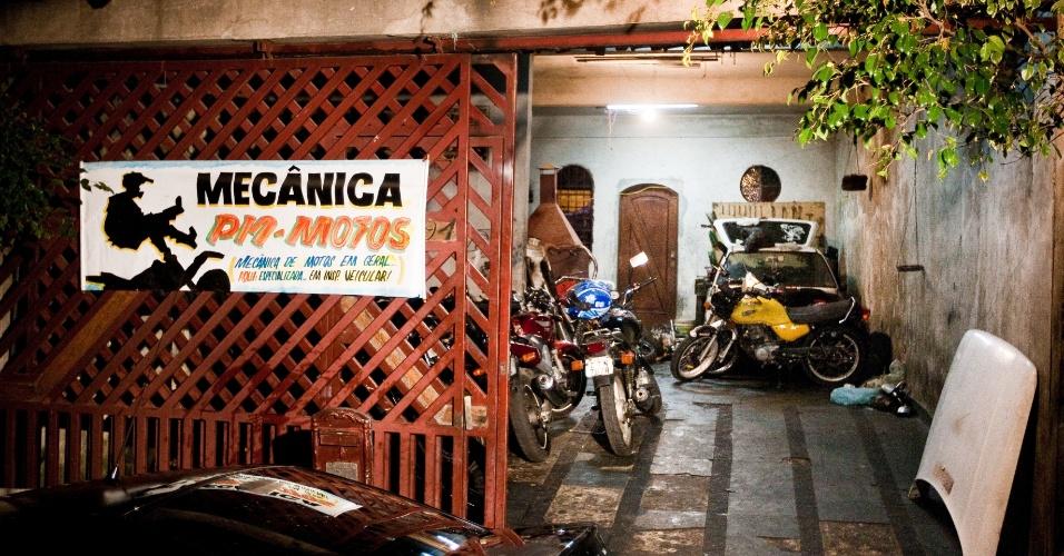 9.ago.2012 - Foto da noite desta quarta-feira (8) mostra fachada da casa onde funcionava um desmanche de motos na rua das Pedras, no Jardim Paulistano, zona norte de São Paulo. A Polícia Civil fechou o local. Um homem foi detido