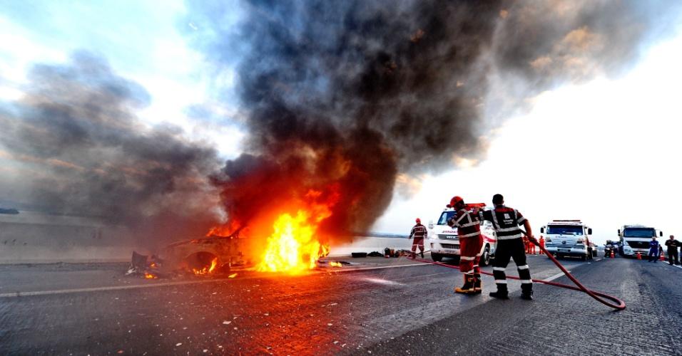9.ago.2012 - Foto divulgada nesta quinta-feira (9) mostra bombeiros combatendo incêndio em carro na rodovia Guaíba-Porto Alegre (RS), nesta quarta-feira. Ninguém ficou ferido