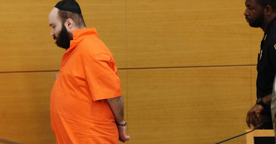 9.ago.2012 - Levi Aron deixa sala do tribunal da Suprema Corte do Brooklyn, em Nova York, nesta quinta-feira (9). Ele se declarou culpado pelo sequestro, assassinato e esquartejamento de Leiby Kletzky, um menino judeu de oito anos. O crime, cometido em julho de 2011, chocou o bairro novaiorquino