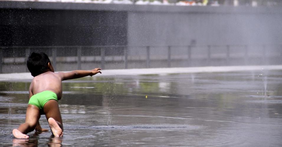 9.ago.2012 - Menino se refresca em Madri, na Espanha, em mais um dia de intenso calor na cidade. O Ministério da Saúde lançou uma campanha pedindo que os espanhóis bebam muita água durnte o dia, evitem a exposição ao sol e esforços físicos durante as horas de mais calor