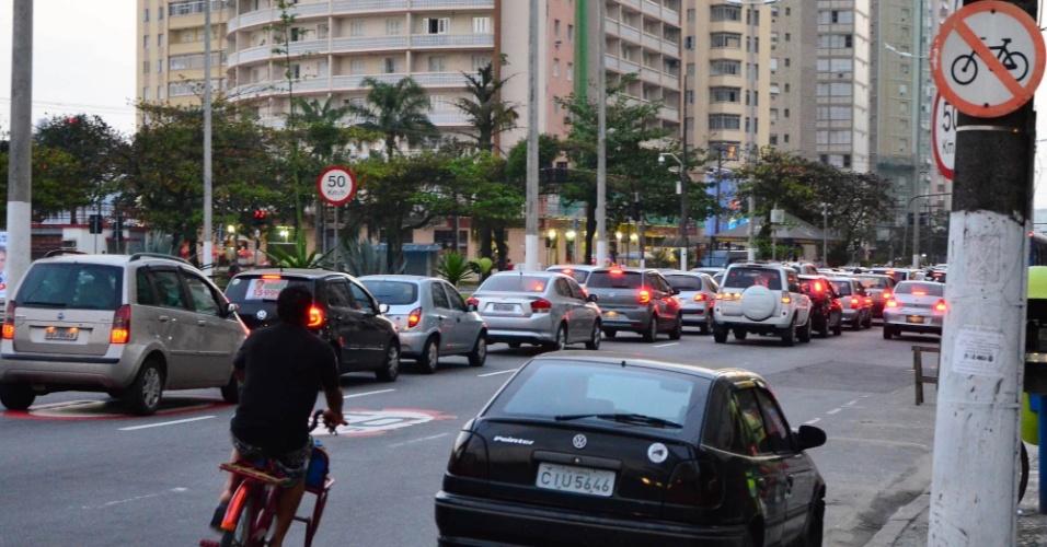 9.ago.2012 - Mesmo com placas sinalizando a proibição de bicicletas na via, ciclistas trafega por avenida Presidente Wilson, em Santos, litoral de São Paulo,