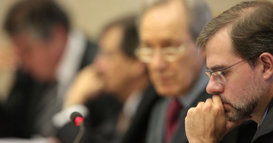 9.ago.2012 - Ministros acompanham a apresentação das defesas dos réus durante a sessão do sexto dia de julgamento do mensalão, no Supremo Tribunal Federal (STF), em Brasília