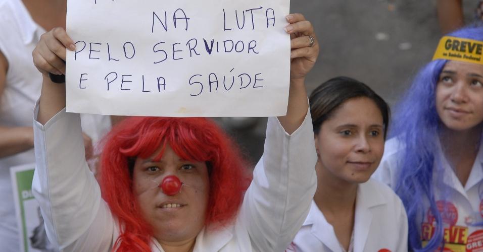 9.ago.2012 - Mulher usa nariz de palhaço e exibe cartaz durante protesto do Dia Nacional das Lutas, realizado no centro do Rio de Janeiro. Os servidores públicos, em greve, pedem que o governo apresente propostas concretas para o fim da paralisação nacional