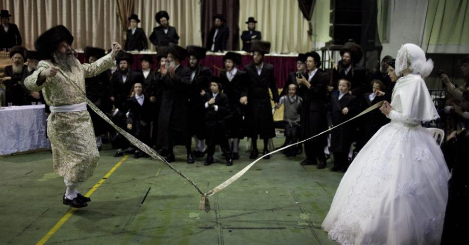 9.ago.2012 - Noiva e pai dançam durante boda de judeus ultraortodoxos em Bnei Brak, em Israel, nesta quinta-feira (9)