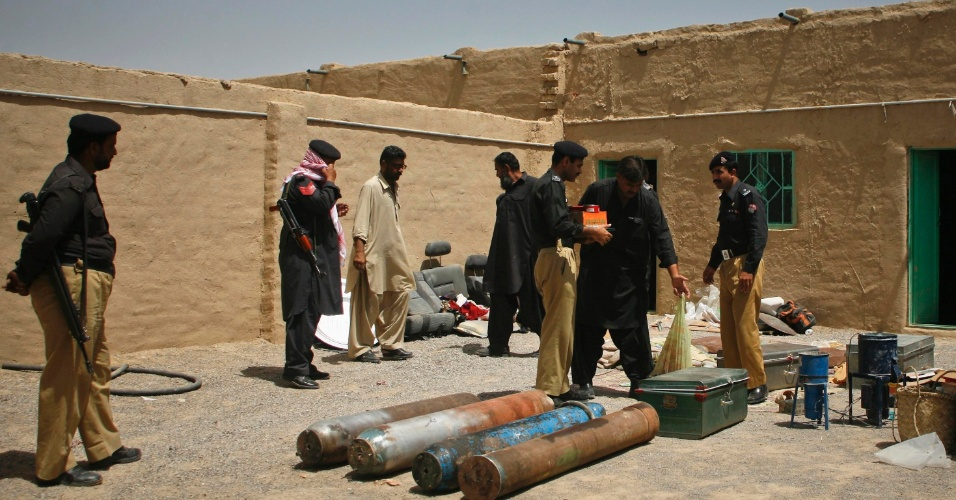 9.ago.2012 - Oficiais do governo paquistanês mostram explosivos encontrados em uma casa no subúrbio de Quetta. As forças de segurança prenderam três suspeitos e apreenderam explosivos e uma jaqueta usada por terroristas suicidas