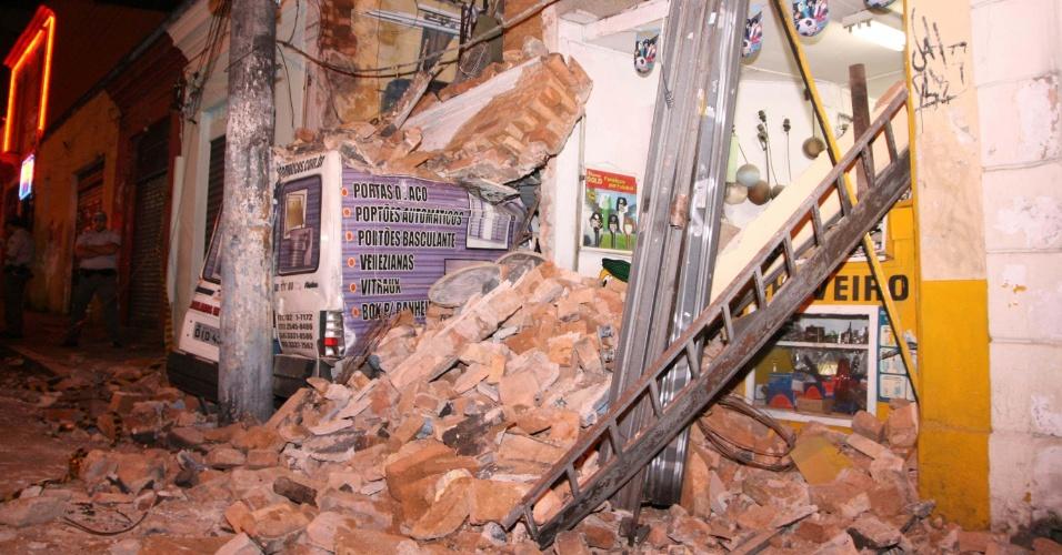 9.ago.2012 - Parte de uma casa desabe sobre um carro no bairro Santa Cecília, em São Paulo. Ninguém ficou ferido