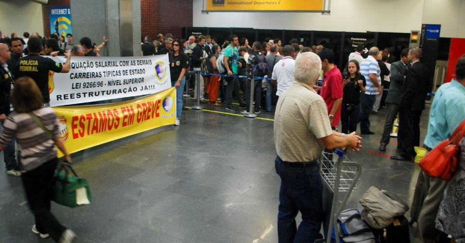 9.ago.2012 - Passageiros aguardam em fila durante a continuidade da operação padrão de policiais federais no aeroporto internacional Tom Jobim, no Rio de Janeiro, nesta quinta- feira (9). A categoria protesta por melhores salários e plano de carreira
