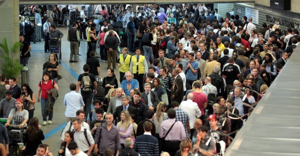 9.ago.2012 - Passageiros enfrentam fila durante a continuidade da operação padrão de policiais federais no aeroporto internacional de Guarulhos, em São Paulo. A categoria está em greve desde terça-feira (7) e reivindica melhores salários e plano de carreira