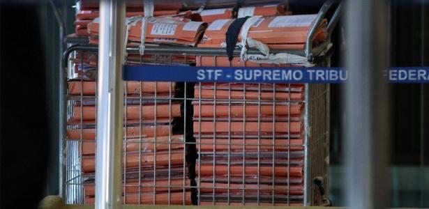Pilhas de processos mensalão são vistas no plenário do Supremo durante o sexto dia do julgamento do caso