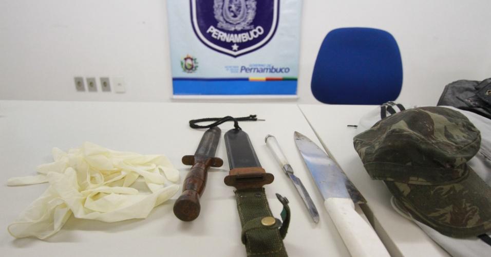 9.ago.2012 - Polícia apresenta armas apreendidas na casa do militar Jaílson Alexandre Serra, 40, nesta quinta-feira (9), em Recife (PE). O militar é acusado de cometer, ao menos, dez crimes sexuais