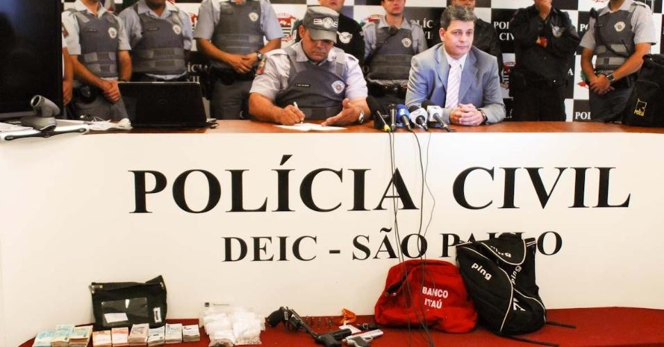 9.ago.2012 - Polícia apresenta material apreendido com seis homens presos em flagrante quando tentavam assaltar uma agência bancária em frente a uma base da PM, no bairro do Ipiranga, zona sul de São Paulo, nesta quinta-feira (9). Os criminosos mantiveram funcionários e clientes reféns, mas a polícia cercou o local e forçou a rendição da quadrilha