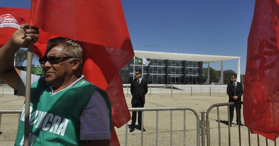 9.ago.2012 - Servidores públicos participam de protesto do Dia Nacional das Lutas realizado na Praça dos Três Poderes, em Brasília, para pedir ao governo que apresente propostas concretas para o fim da paralisação nacional