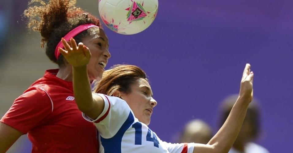A canadense Candace Chapman (esq) e a francesa Louisa Necib disputam lance de cabeça durante a disputa da medalha de bronze nos Jogos de Londres