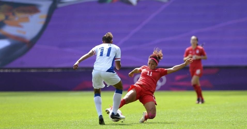 A canadense Desiree Scott tenta tirar a bola da francesa Marie-Laure Delie