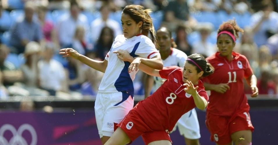 A canadense Diana Mathseon (nº 8) disputa lance contra a francesa Louisa Necib em duelo pelo bronze nos Jogos de Londres