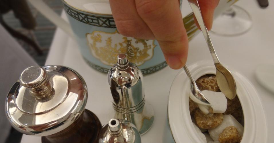 A Diamond Jubille Tea Salon não tem TV nem telão para acompanhar as Olimpíadas. Como boa casa de chá que se preze, é um oásis de calmaria em Londres. O local foi inaugurado em março com a presença da rainha Elizabeth no último andar da loja Fortnum & Mason, fornecedora da família real desde o século 18