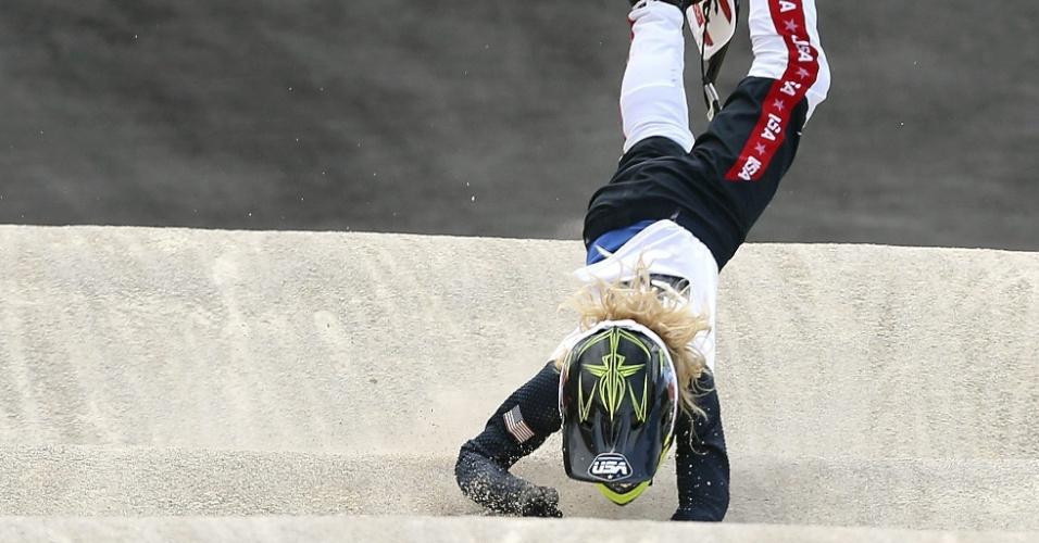 A norte-americana Crain Brooke perde o controle de sua bicicleta durante quartas de final feminina do BMX