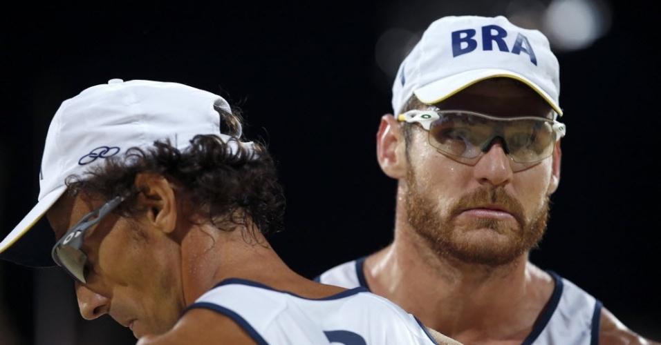 Alison e Emanuel mostram concentração durante a final dos Jogos Olímpicos, contra dupla alemã