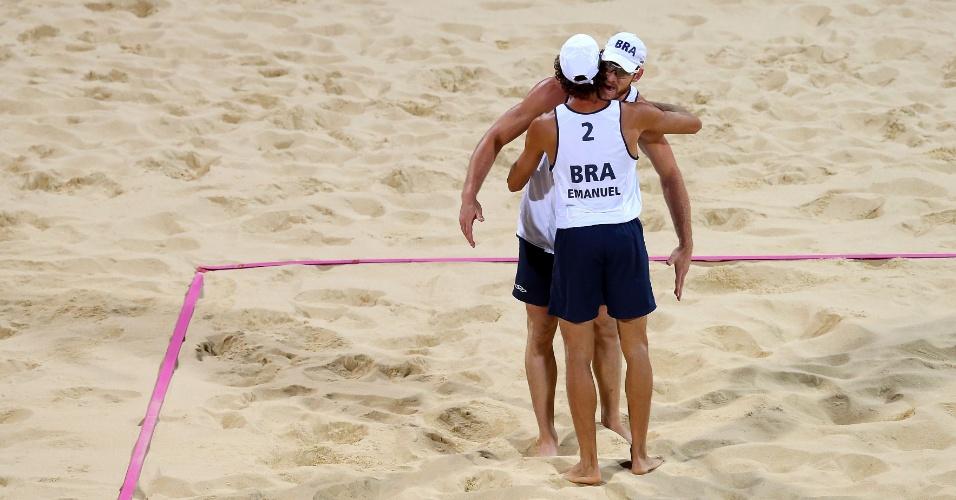 Alison e Emanuel se abraçam e comemoram ponto durante o primeiro set da final olímpica