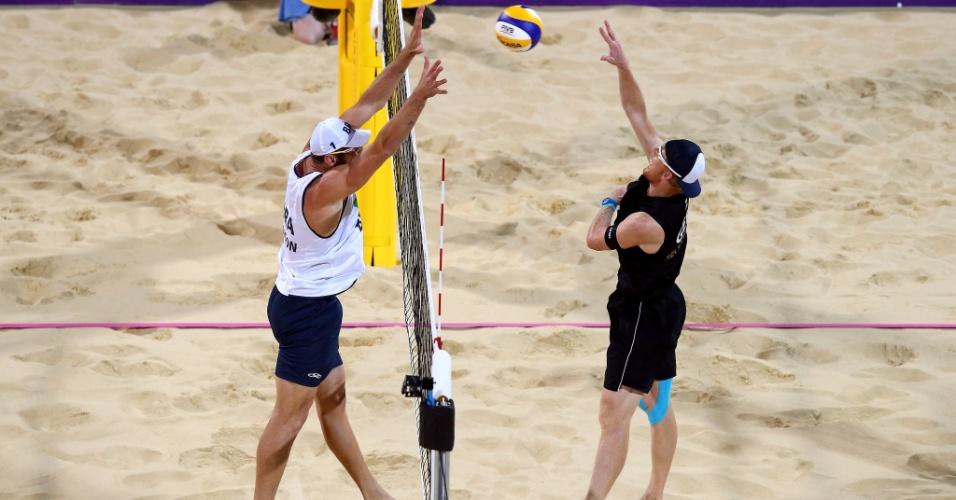 Alison tenta bloquear o ataque de Jonas Reckermann, da Alemanha, na decisão da medalha de ouro