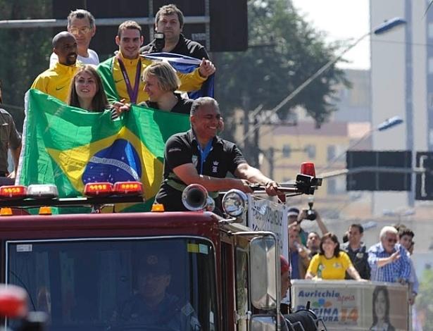 Arthur Zanetti desfila em carro do Corpo de Bombeiro; atrás, candidata à prefeita faz campanha
