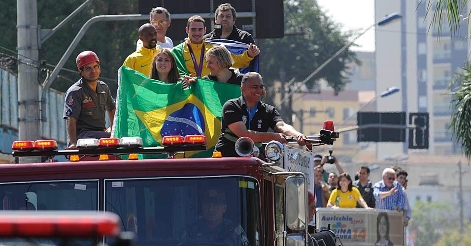 Arthur Zanetti desfila em carro do Corpo de Bombeiro em São Caetano; atrás, candidata à prefeita faz campanha