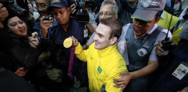 Arthur Zanetti é recebido com festa e tumulto no retorno ao Brasil após ganhar o ouro na ginástica artística