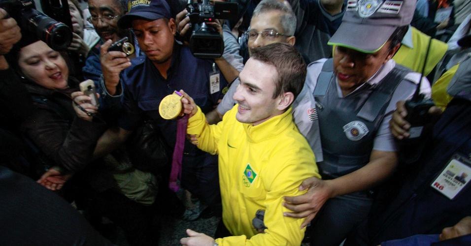 Arthur Zanetti é recebido com festa e tumulto no retorno ao Brasil após ganhar o ouro na ginástica artística nos Jogos Olímpicos de Londres