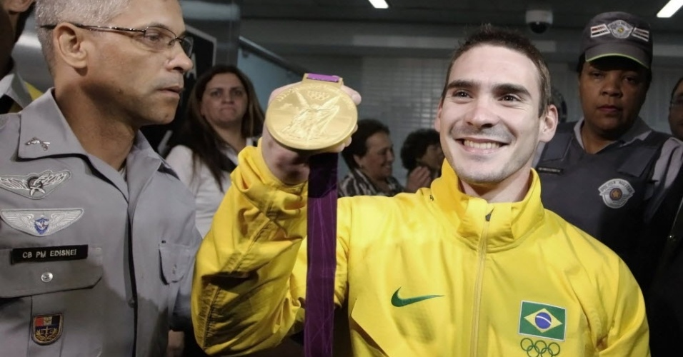 Arthur Zanetti mostra a medalha de ouro conquistada na ginástica artística nos Jogos Olímpicos de Londres